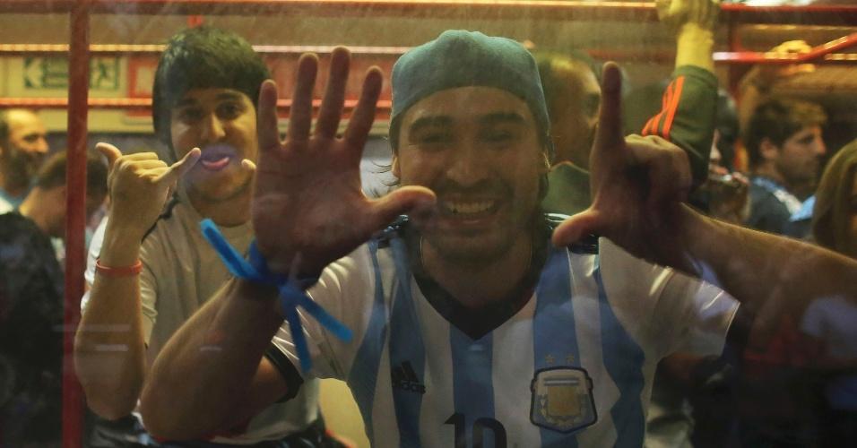 Dentro do expresso da Copa, a caminho do Itaquerão, torcedor argentino tira sarro da derrota do Brasil para a Alemanha