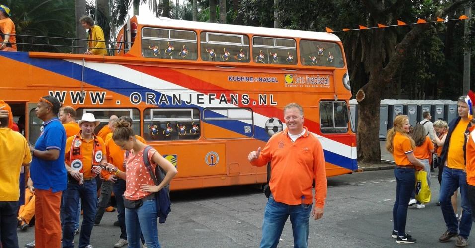 Engenheiro holandês posa em frente ao ônibus, no qual se desloca para ver jogos da seleção