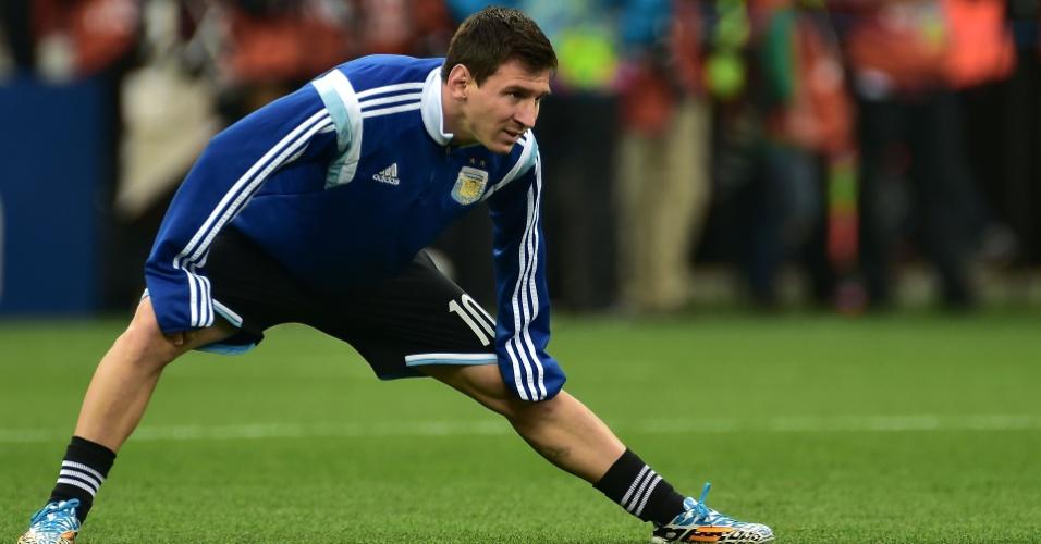 Lionel Messi se aquece para a semifinal contra a Holanda