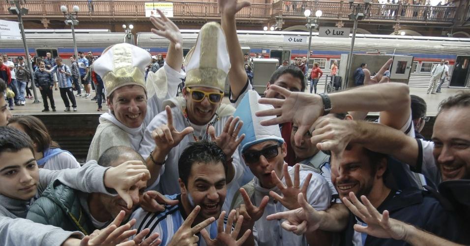 """""""Papas"""" argentinos se encontram na estação da Luz, em São Paulo, para apoiar a seleção da Argentina contra a Holanda, no Itaquerão"""