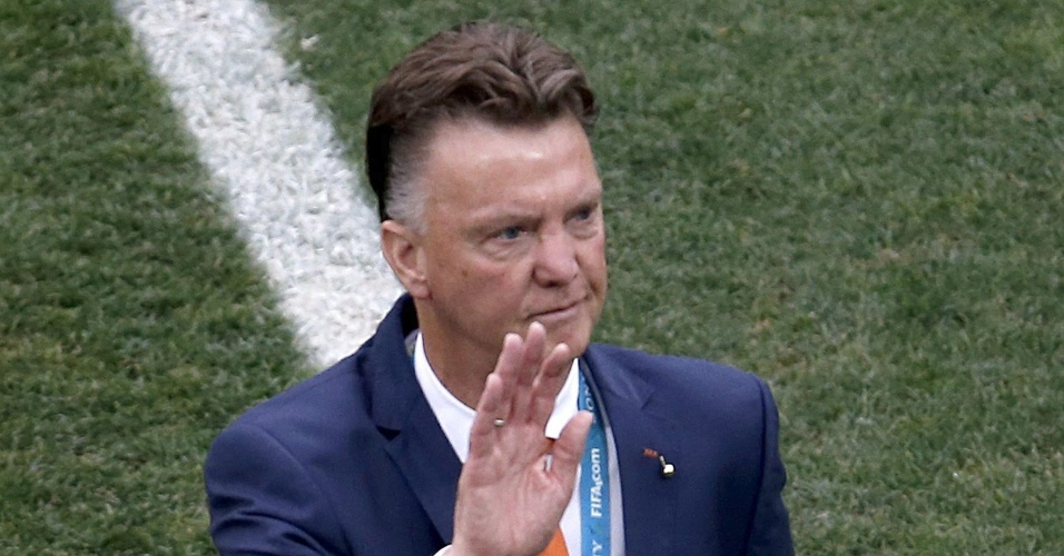 Técnico da Holanda, Van Gaal, acena para torcida do gramado do Itaquerão, palco de Holanda x Argentina pela semifinal da Copa do Mundo
