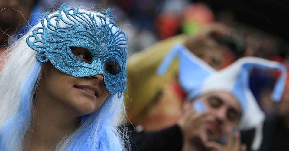 Torcedora da Argentina aposta em máscara e cabelo branco e azul para apoiar a seleção contra a Holanda