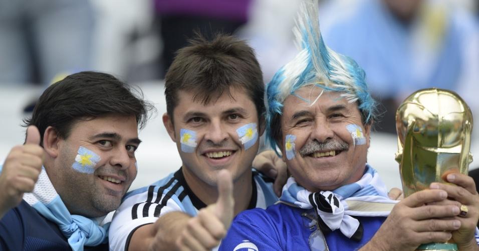 Torcedores da Argentina levam a taça do mundo ao Itaquerão para o jogo Holanda x Argentina