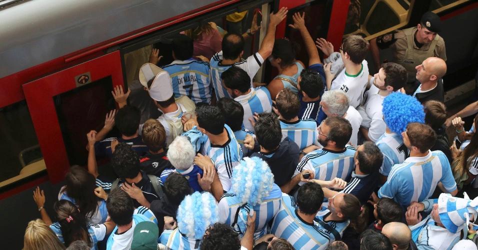 """Torcedores da argentina tentam entrar em trem rumo ao estádio Itaquerão e formam """"mar azul"""" na plataforma"""