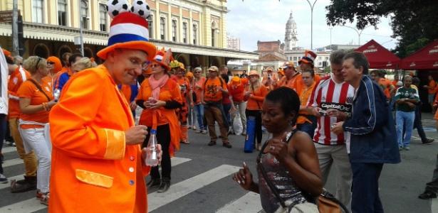 Torcida holandesa na estação da Luz, em São Paulo; o mundo veio ao Brasil e gostou