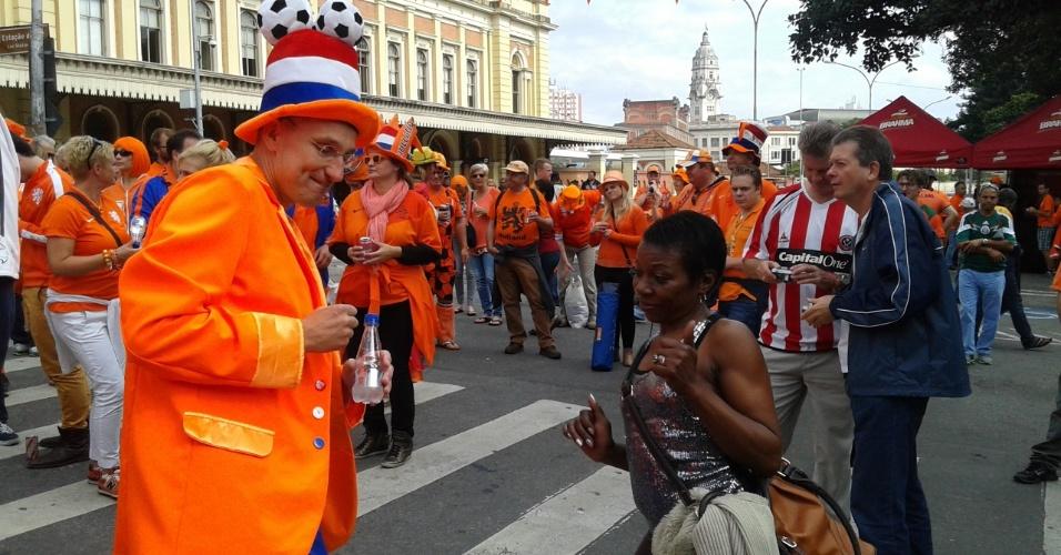 Torcida holandesa se concentra em frente a estação da Luz, em São Paulo, e fazem festa antes da partida contra a Argentina, no Itaquerão