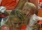 Filho de Robben chora muito e é consolado pela mãe após eliminação - Reprodução / Sportv