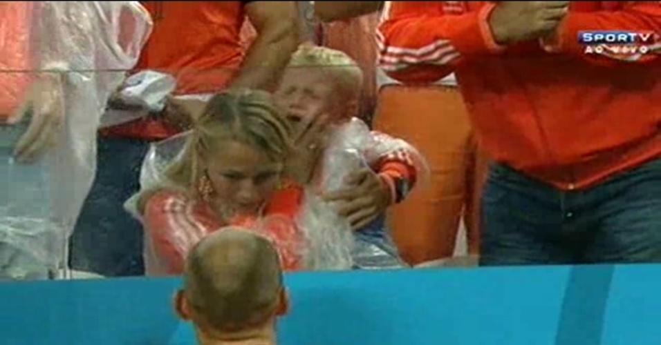 09.jul.2014 - Filho de Robben chora no Itaquerão após Holanda ter sido eliminada da Copa