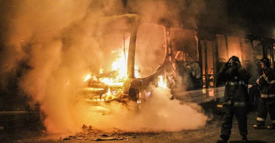 8.jul.2014 - Ônibus é queimado durante protesto pela derrota do Brasil para a Alemanha em São Paulo