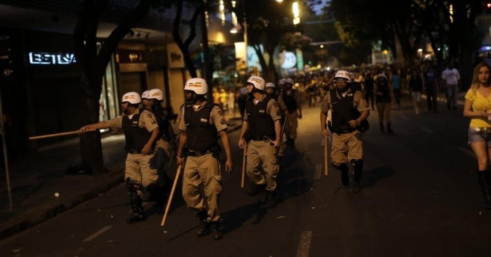 8.jul.2014 - Policiais andam em bloco durante protesto pela derrota do Brasil para a Alemanha em Belo Horizonte