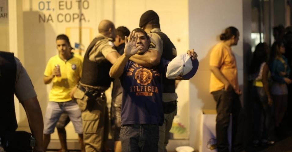 8.jul.2014 - Policiais detêm homem durante confusão em Belo Horizonte após Brasil 1 x 7 Alemanha