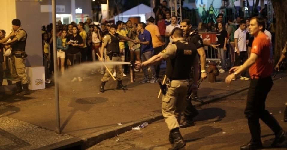 8.jul.2014 - Policial usa spray de pimenta durante confusão na Savassi, em Belo Horizonte, após Brasil 1 x 7 Alemanha
