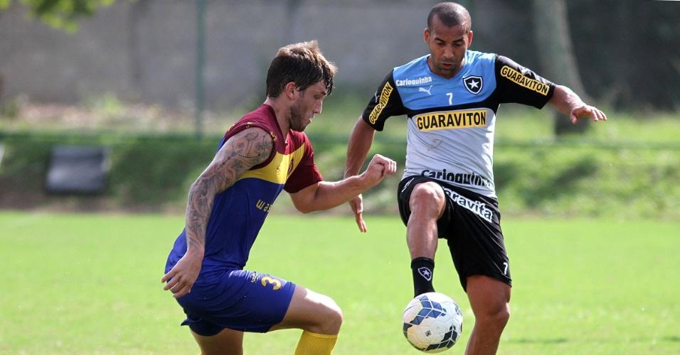 9.jul.2014 - Emerson controla a bola durante jogo-treino entre Botafogo e Madureira