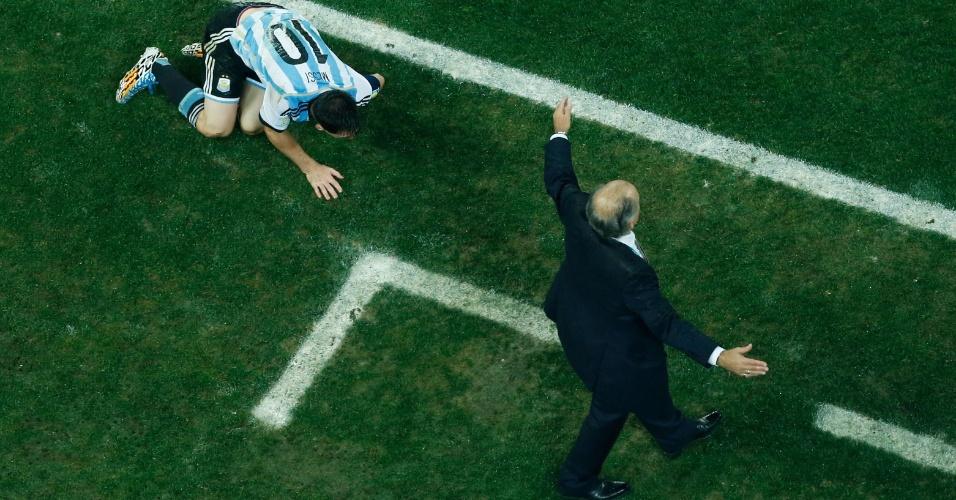 Alejandro Sabella gesticula enquanto o astro argentino Lionel Messi fica caído no gramado