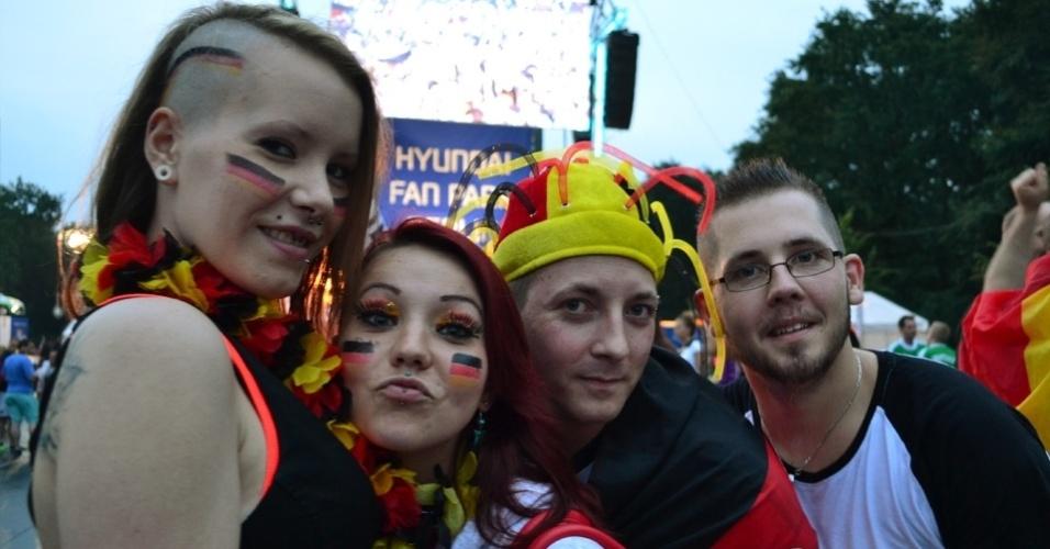 Amigos alemães se divertem no Portão de Brandemburgo, onde o jogo contra o Brasil foi exibido nesta terça