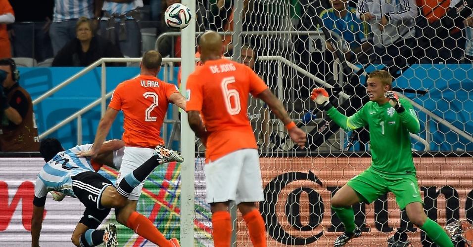 Argentino Ezequiel Garay tenta, sem sucesso, abrir o placar contra a Holanda