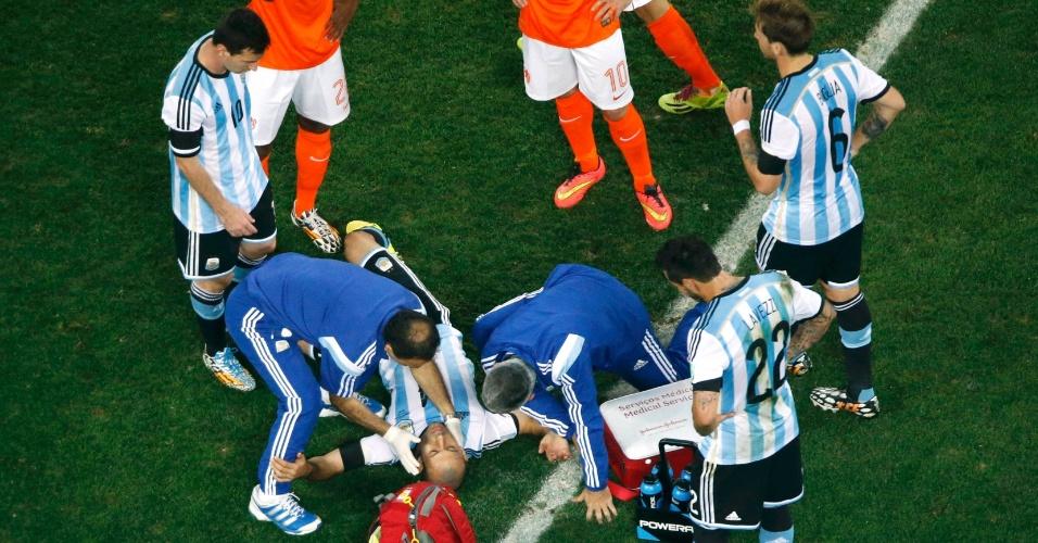 Argentino Javier Mascherano é atendido pelos médicos no primeiro tempo da semifinal no Itaquerão