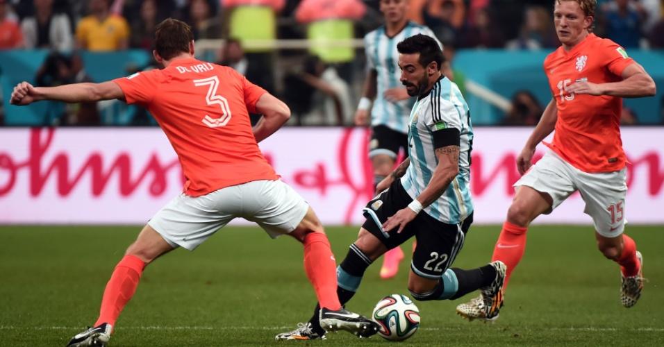 Argentino Lavezzi tenta escapar de marcação holandesa no Itaquerão
