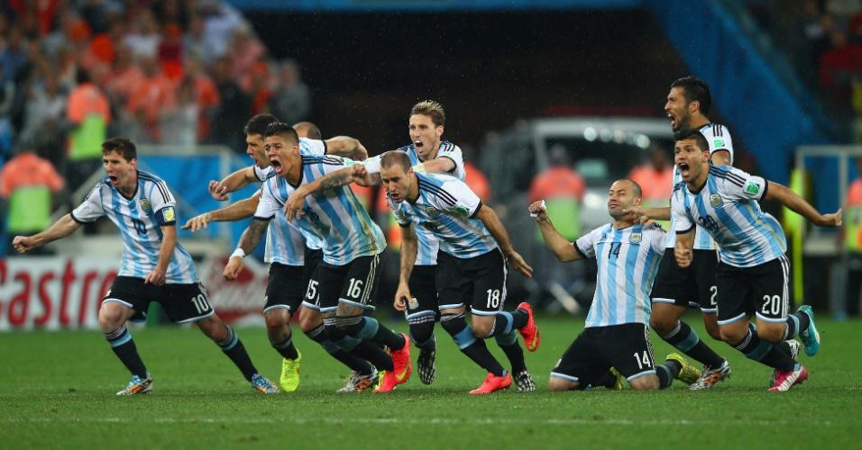 Argentinos correm para comemorar vitória nos pênaltis contra a Holanda