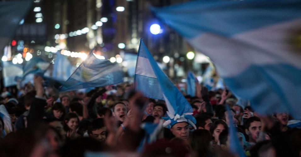 Argentinos saem às ruas de Buenos Aires após vitória nos pênaltis sobre a Holanda pelas semifinais da Copa do Mundo