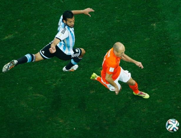 Arjen Robben disputa bola com argentino Garay no Itaquerão