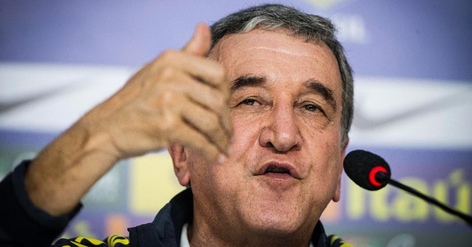 Carlos Alberto Parreira fala durante entrevista coletiva após eliminação vexatória da Copa do Mundo