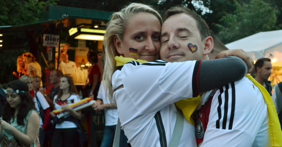 Casal de alemães aguarda o início do jogo contra o Brasil nesta terça (8). O palpite inicial era de 2x1 para a Alemanha