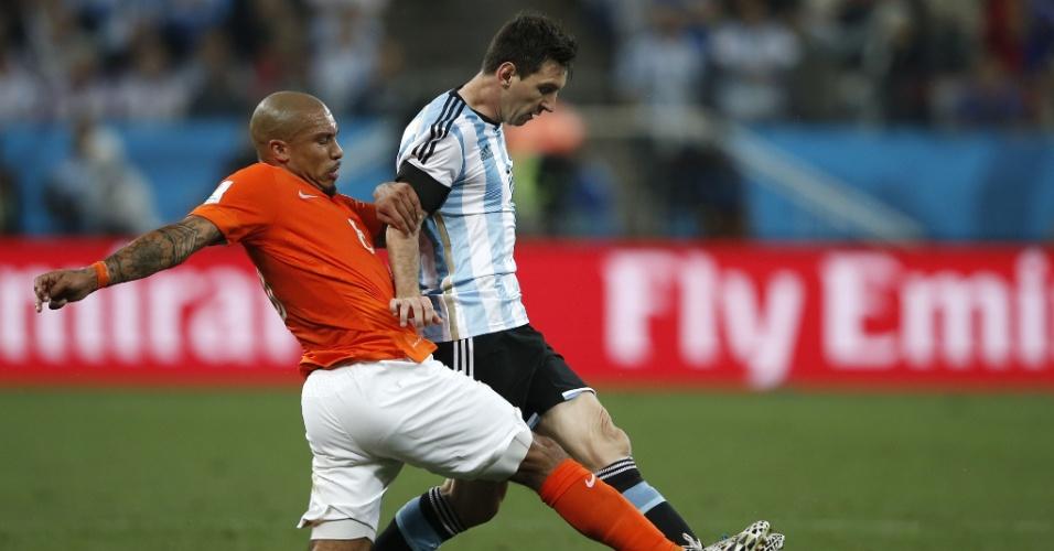 De Jong disputa bola com Messi no Itaquerão