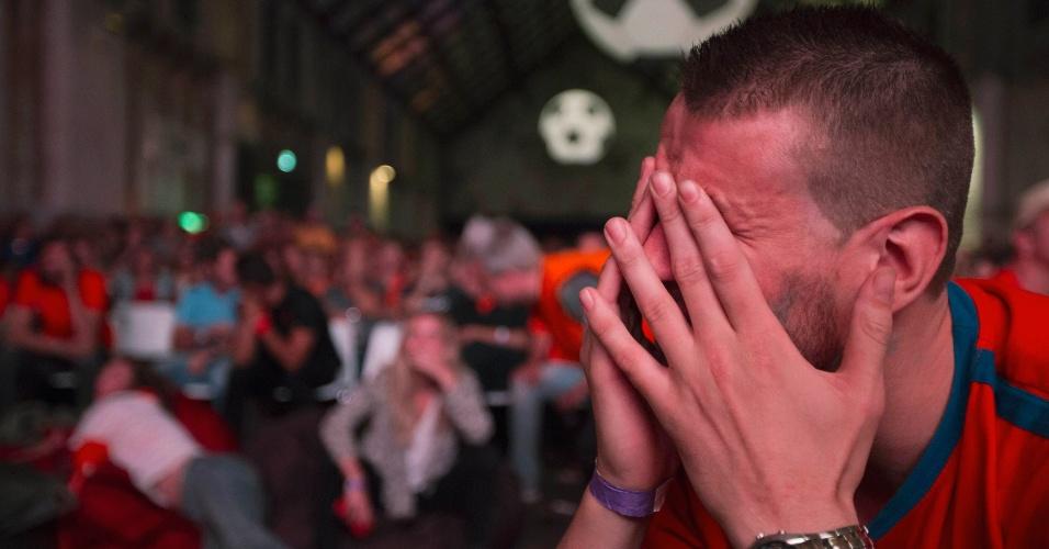 Em Amsterdã, holandês chora após derrota para a seleção da Argentina nas cobranças de pênaltis