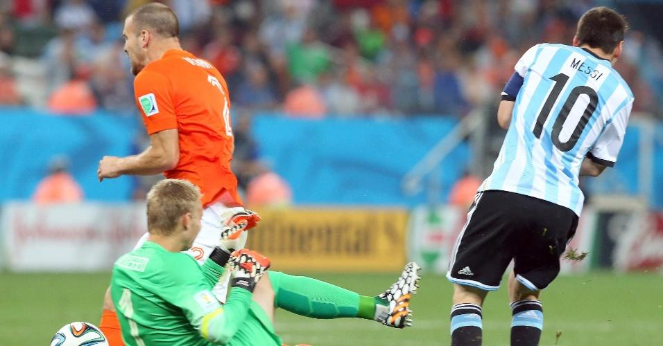 Goleiro holandês Jasper Cillessen sai da área para tentar impedir investida de Messi no ataque argentino
