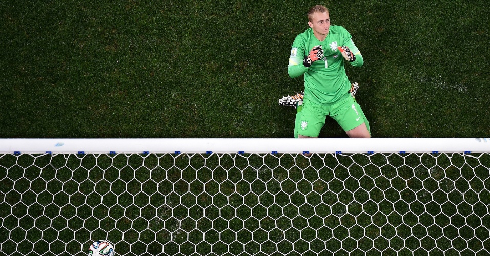 Goleiro Jasper Cillessen lamenta no gramado após derrota para Holanda