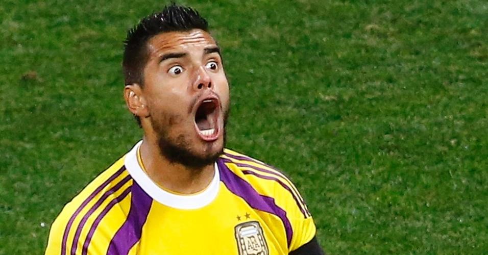 Goleiro Romero comemora pênalti defendido na disputa entre Argentina e Holanda