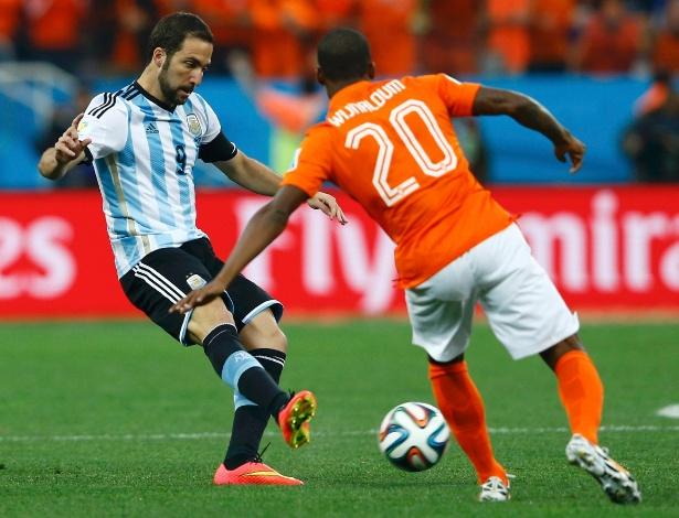 Higuain toca a bola observado por Wijnaldum, da Holanda