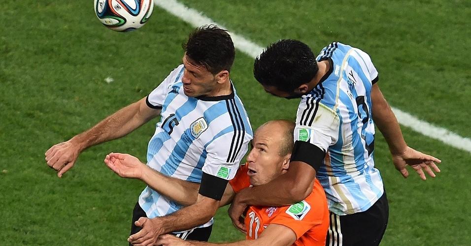 Holandês Arjen Robben fica preso na marcação dos argentinos Demichelis e Garay