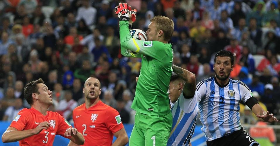 Holandês Jasper Cillessen defende bola e impede ataque argentino