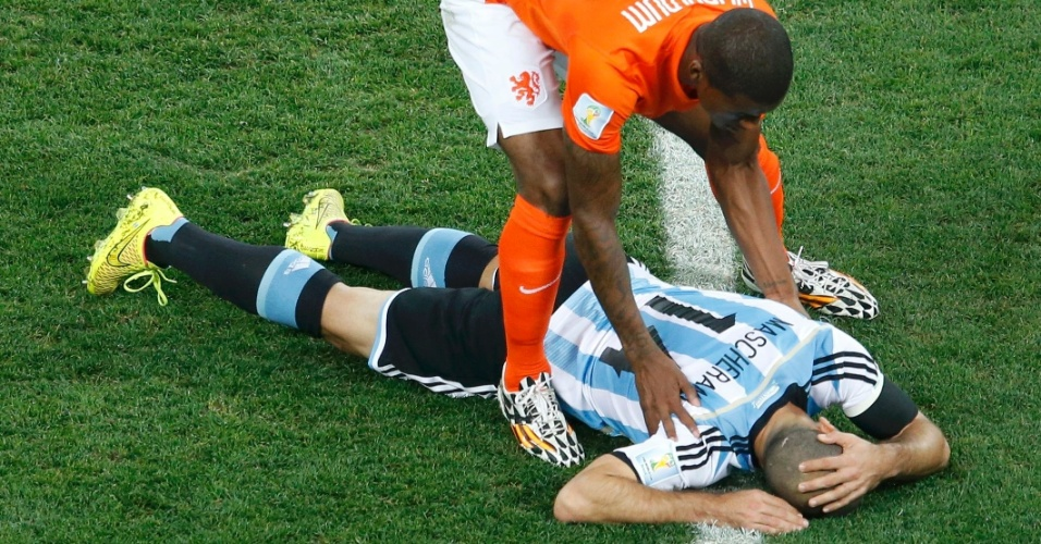 Holandês Wijnaldum socorre Mascherano após se chocar com o jogador argentino