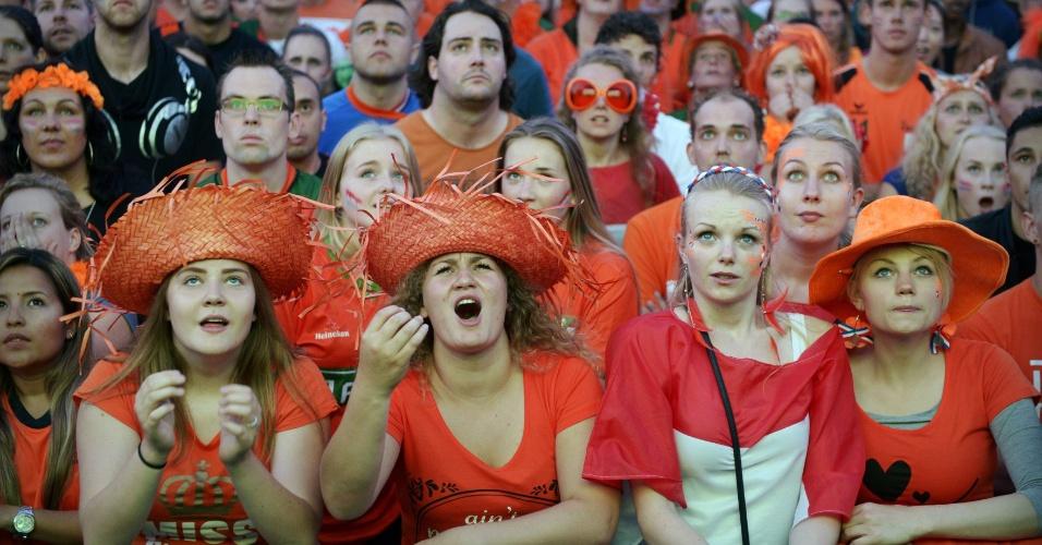 """Holandesas pegam a """"primeira fila"""" em praça de Groningen para verem partida contra a Argentina em telão"""