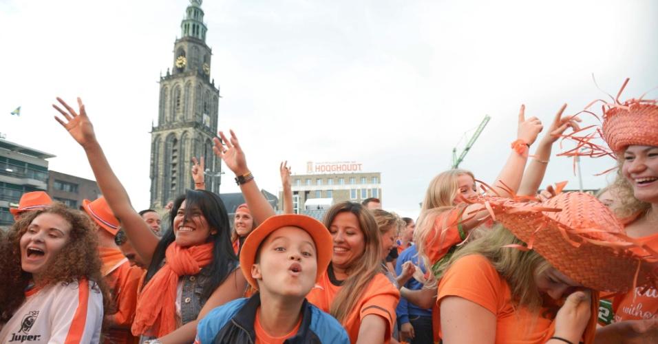 Holandeses assistem à partida contra a Argentina na cidade de Groningen
