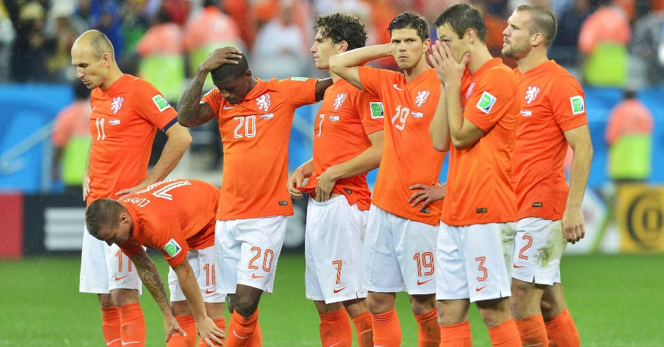 Holandeses cabisbaixos após pênalti perdido na disputa contra a Argentina