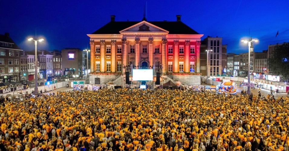 """Holandeses formam """"mar laranja"""" e assistem à partida contra a Argentina em telão na cidade de Groningen"""