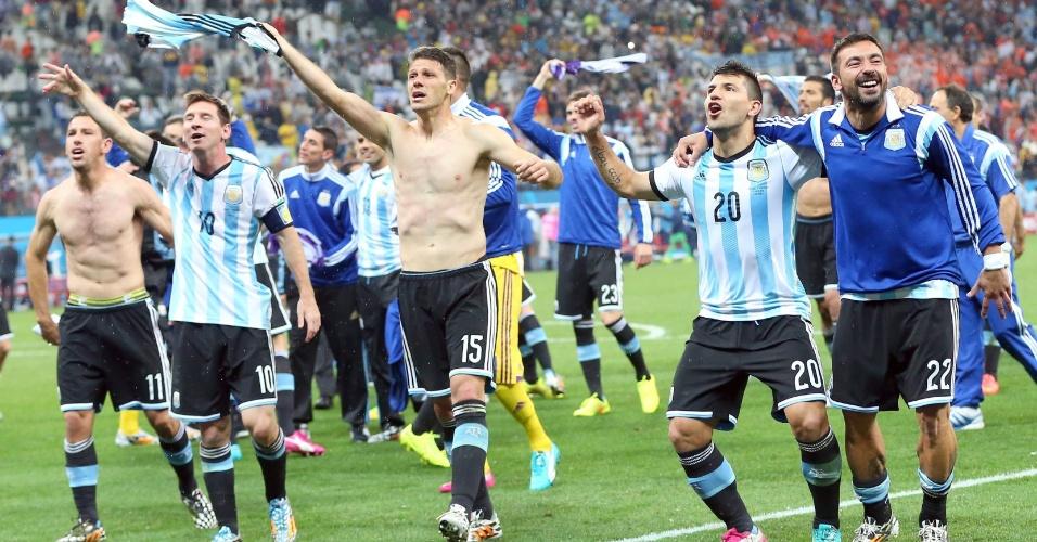 Jogadores argentinos fazem a festa no gramado após classificação para a final da Copa