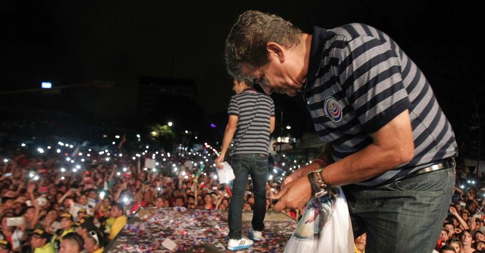 Jorge Luis Pinto, técnico da Costa Rica, autografa camisa em San José