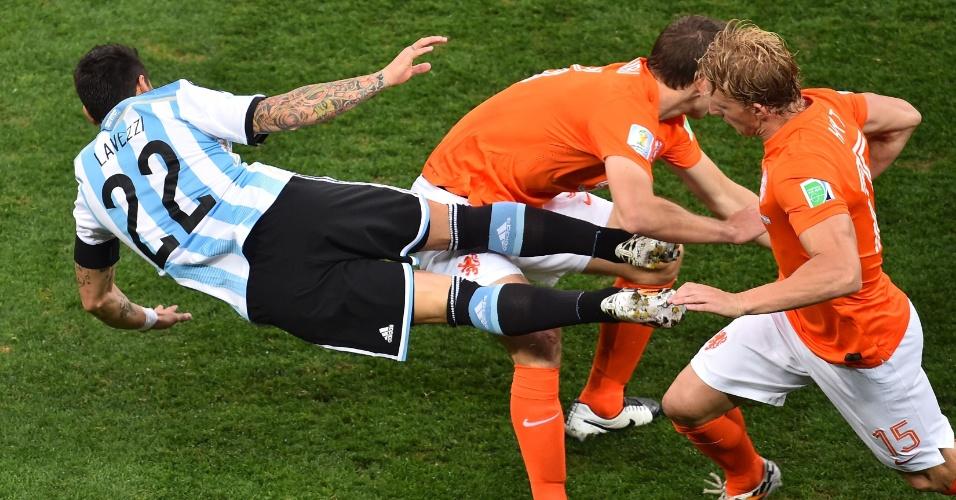 Lavezzi é derrubado por dupla de holandeses no primeiro tempo