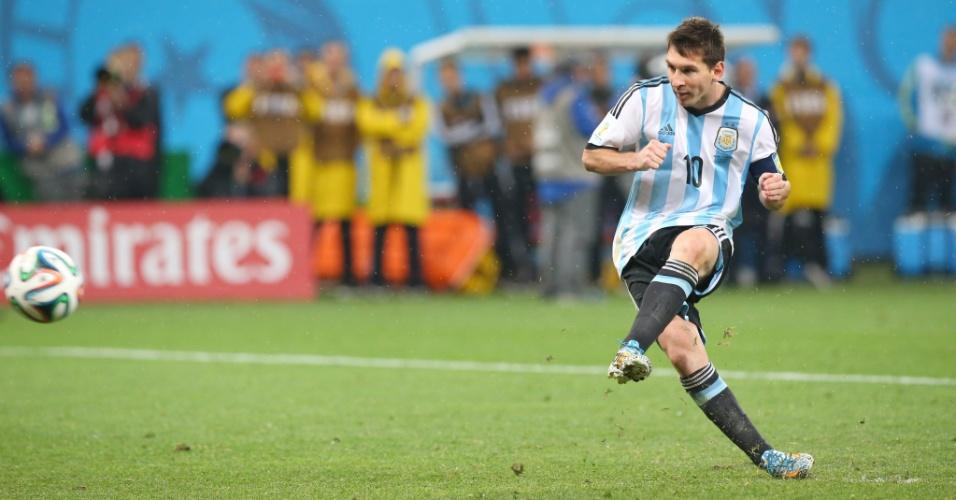Messi acerta o primeiro pênalti da Argentina