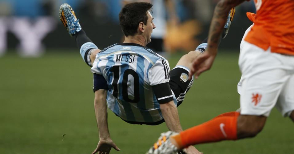 Messi cai no gramado durante a partida contra a Holanda nesta quarta-feira