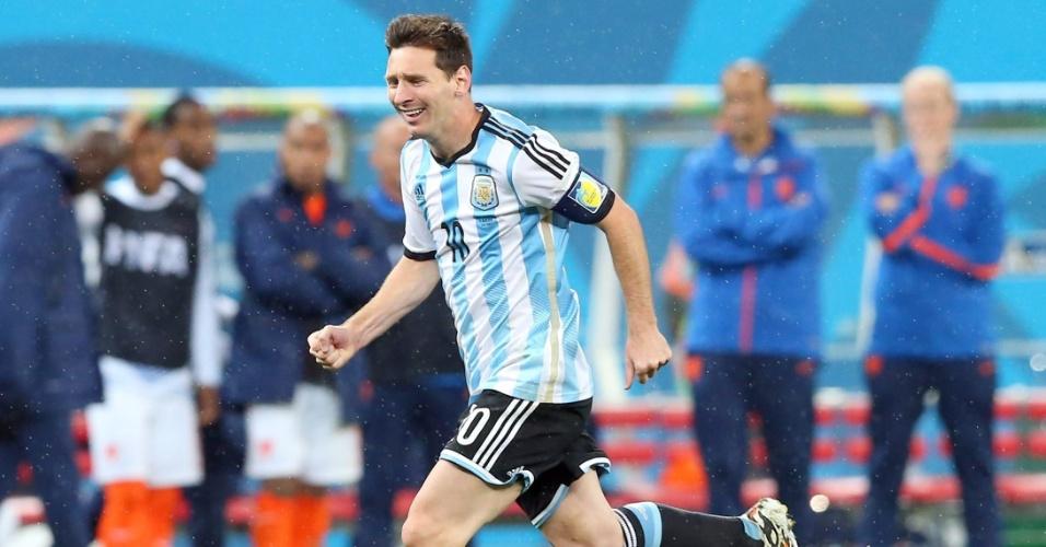 Messi corre para comemorar vitória argentina nos pênaltis