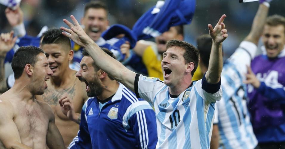 Messi e argentinos festejam no gramado após a classificação argentina para a final