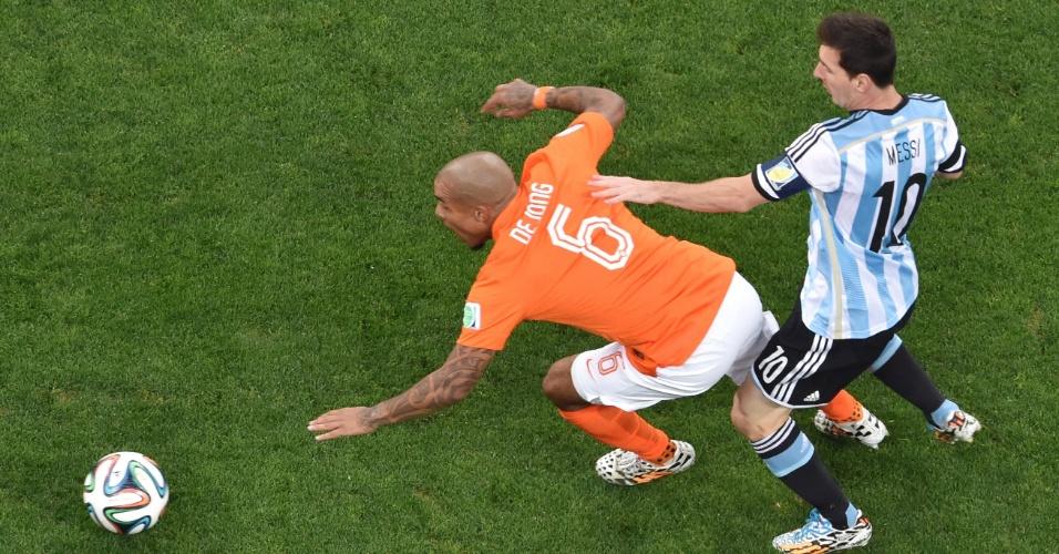 Messi e De Jong disputam bolo no início da semifinal entre Holanda e Argentina