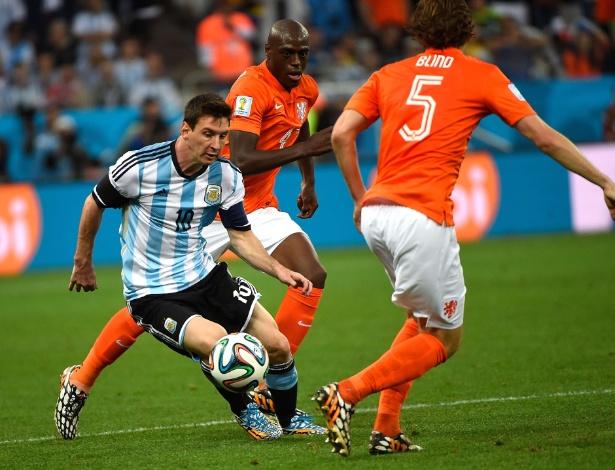 Messi enfrenta zaga holandesa durante o jogo da semifinal
