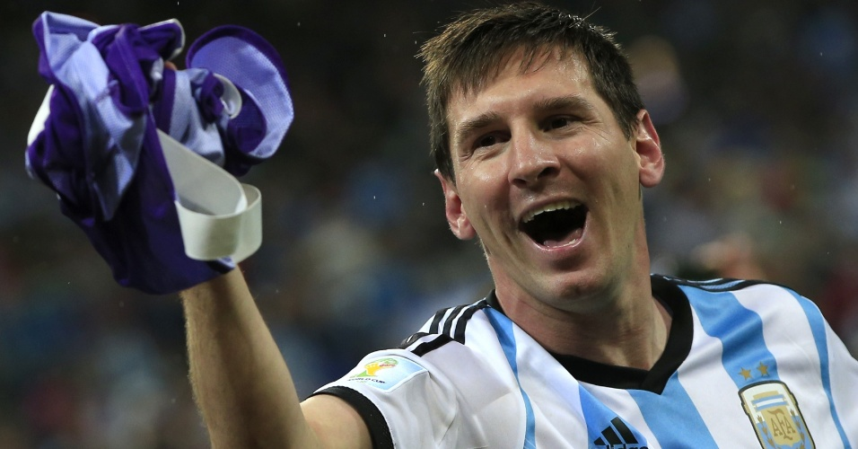 Messi festeja no gramado após a classificação argentina para a final
